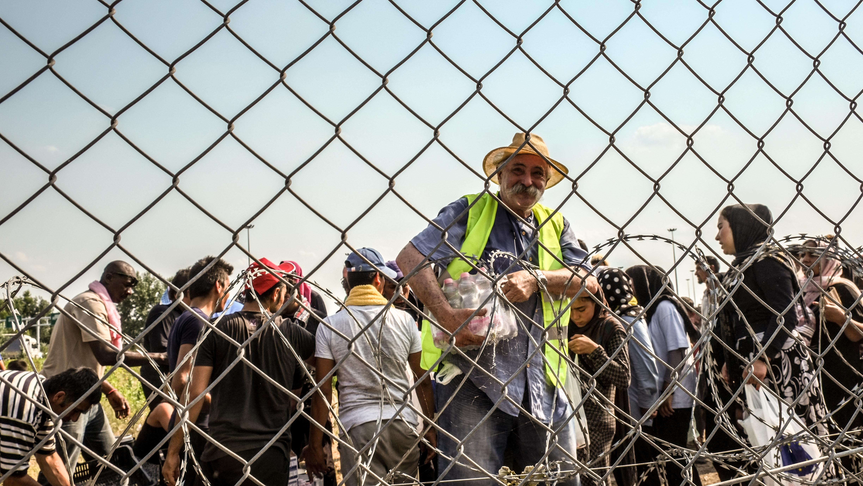 Ein Helfer im Flüchtlingslager
