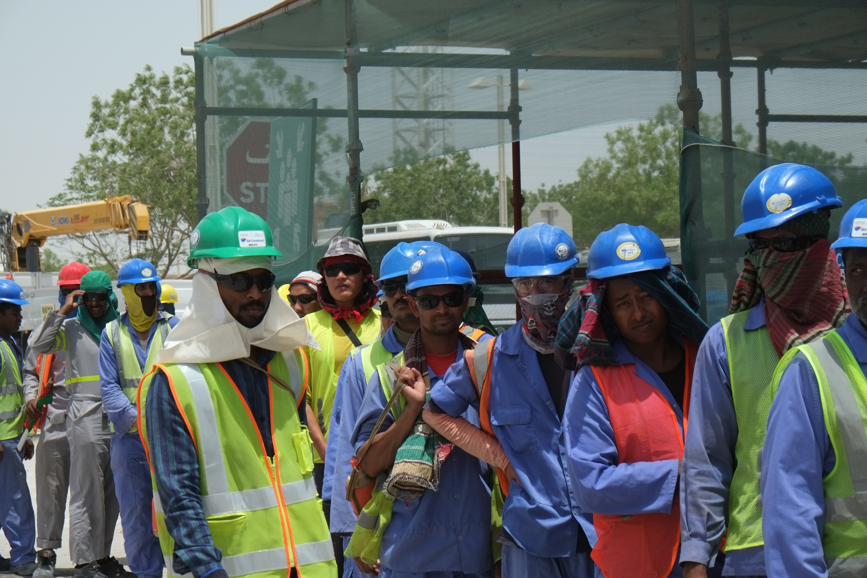 Arbeiter stehen Schlange vor der Kantine