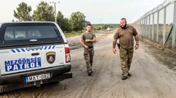 Grenzschützer am Zaun, der Ungarn von Serbien trennt