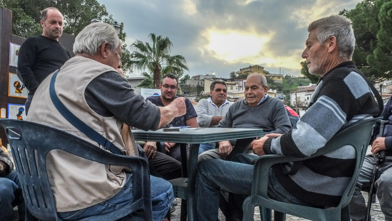 Alte Männer spielen auf dem Marktplatz