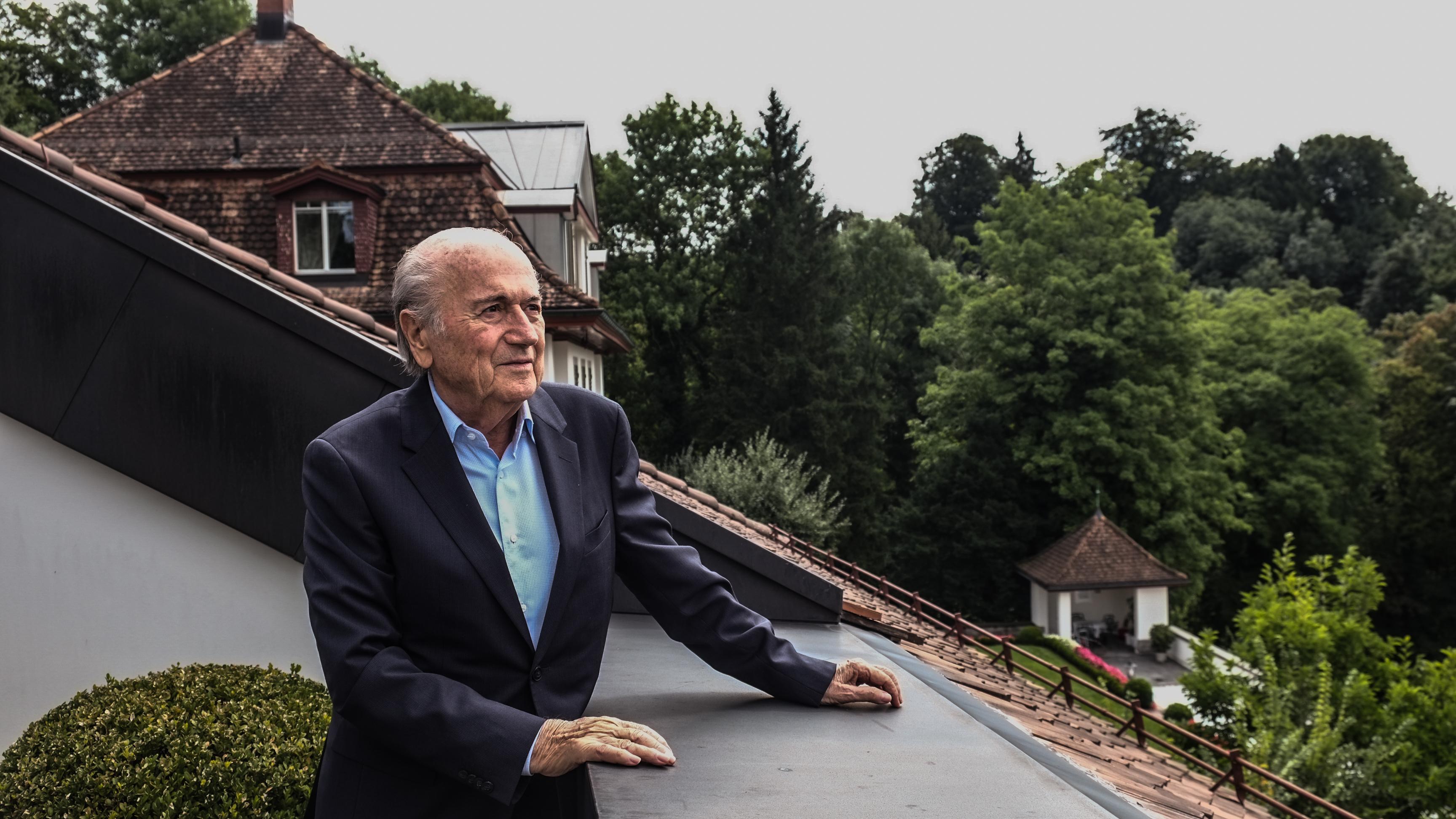 Sepp Blatter auf seinem Balkon