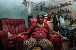 Eine Frau in ihrem Wohnzimmer