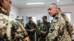 Deutsche und afghanische Soldaten im Gespräch