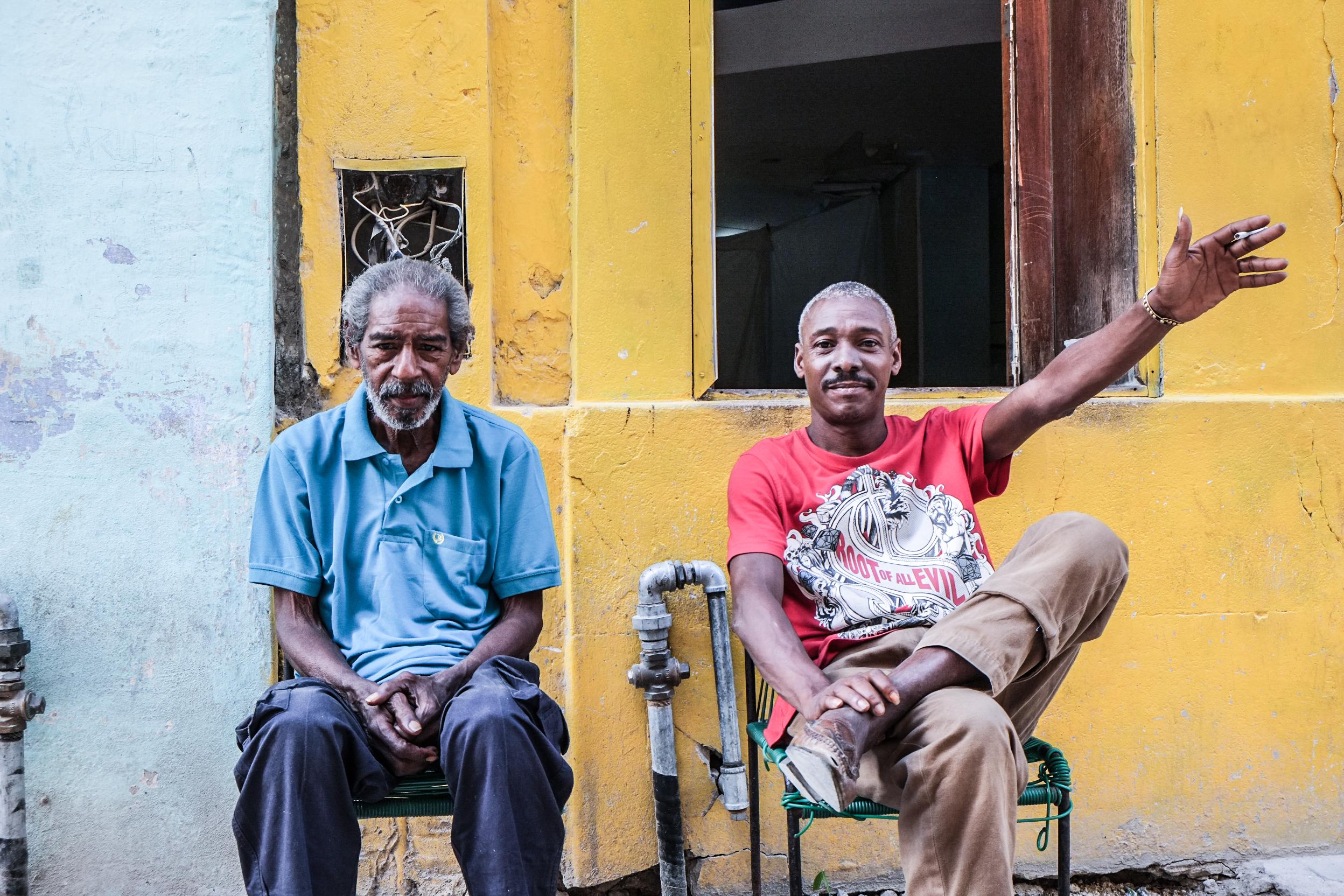 Zwei Brüder vor ihrem Haus in der Altstadt