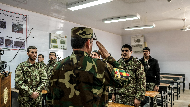Ein General begrüßt seine Soldaten