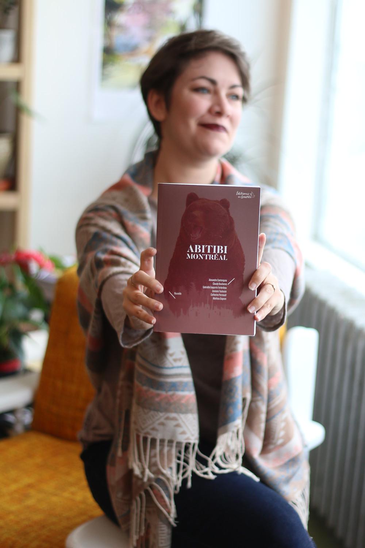 Joséane qui tient son livre publié Abitibi Montréal