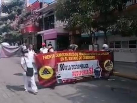 Trabajadores del sector salud marchan en Chilpancingo
