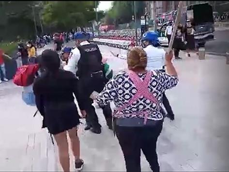 Mujeres comerciantes golpean a funcionaria en Alameda Central