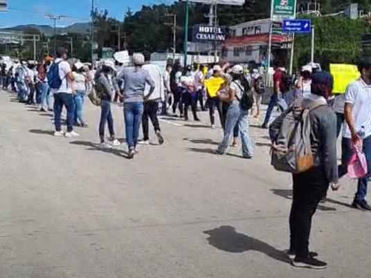 Normalistas de la escuela Rafael Ramírez bloquean carretera Mexico-Acapulco