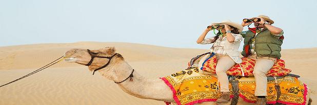 dos-turistas-montando-un-camello-en-africa.jpg