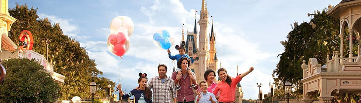 familia feliz en disneyland.jpg