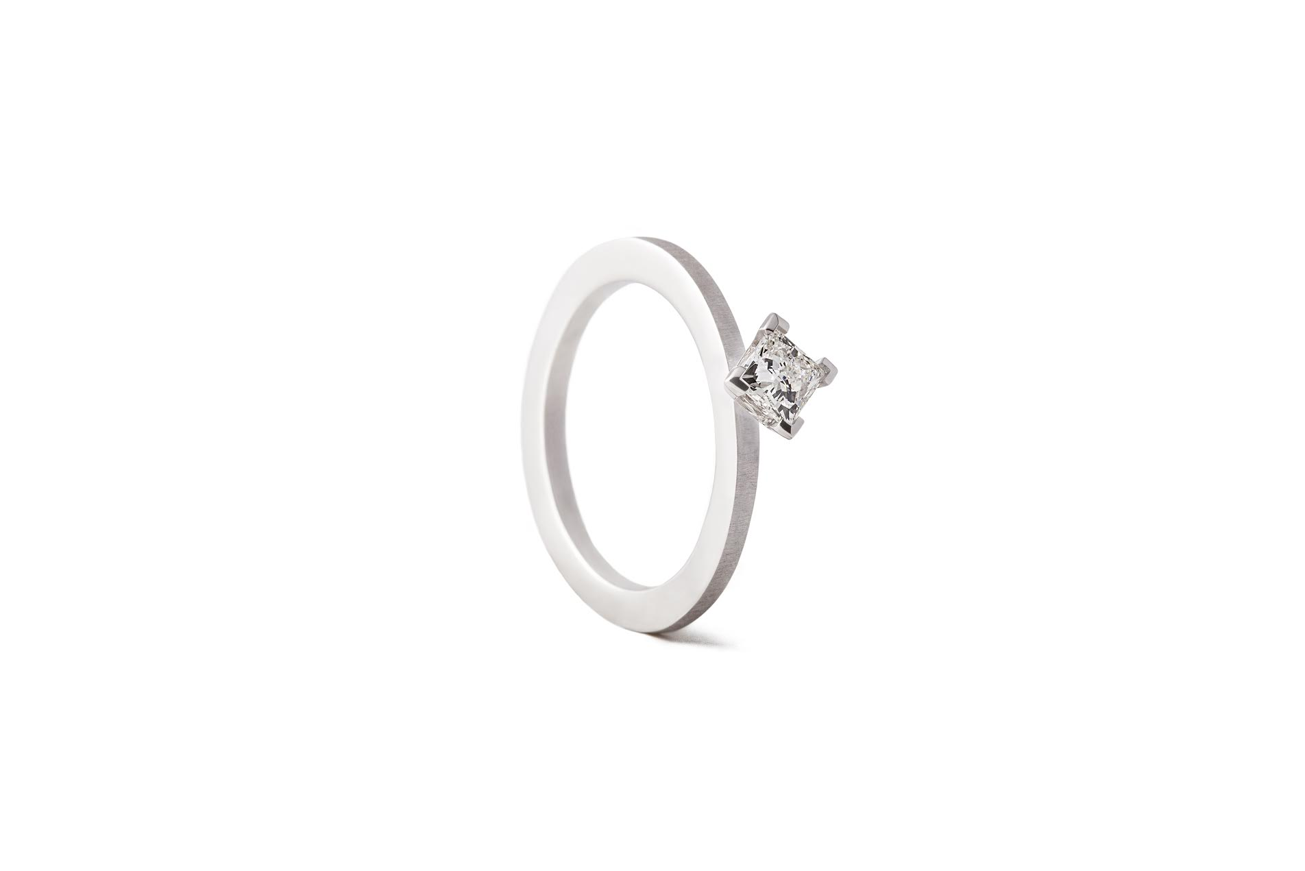 CREST-M-RING-18K-WHITE-GOLD-PRINCESS-DIAMOND-0.40CT