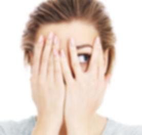 émotion resister envie vouloir grignoter faim fringale comportement alimentaire femme regard mains visage hésiter sensation honte