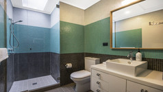 Main Bathroom (Level 1 + 2)