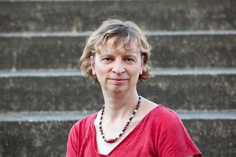 Portrait: Kathrin Lojewski schaut freundlich