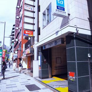 新宿御苑前駅3番出口 約2分徒歩 SHINJUKU GYOENMAE STATION 2min walk.