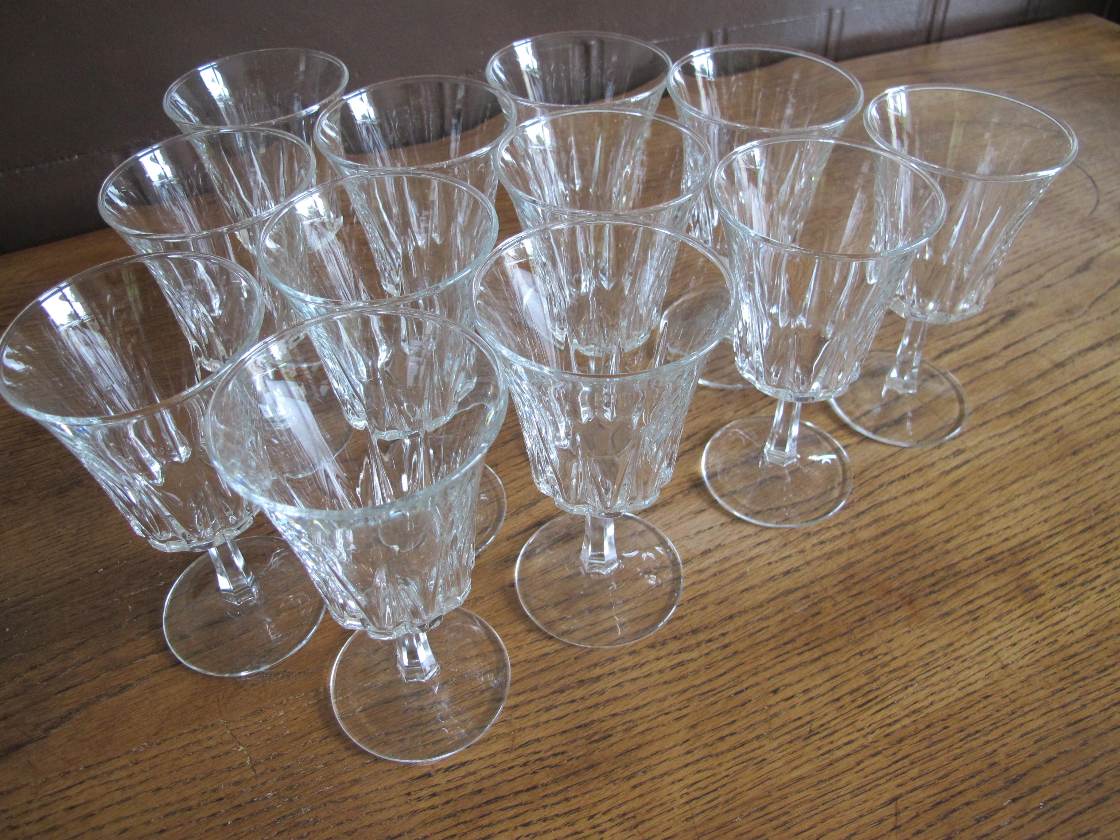 Lot de 12 verres à vin anciens