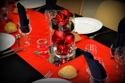 vase tube et boules de Noël