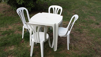 table plastique et chaises blanches.jpg