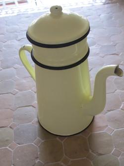 cafetière ancienne jaune clair