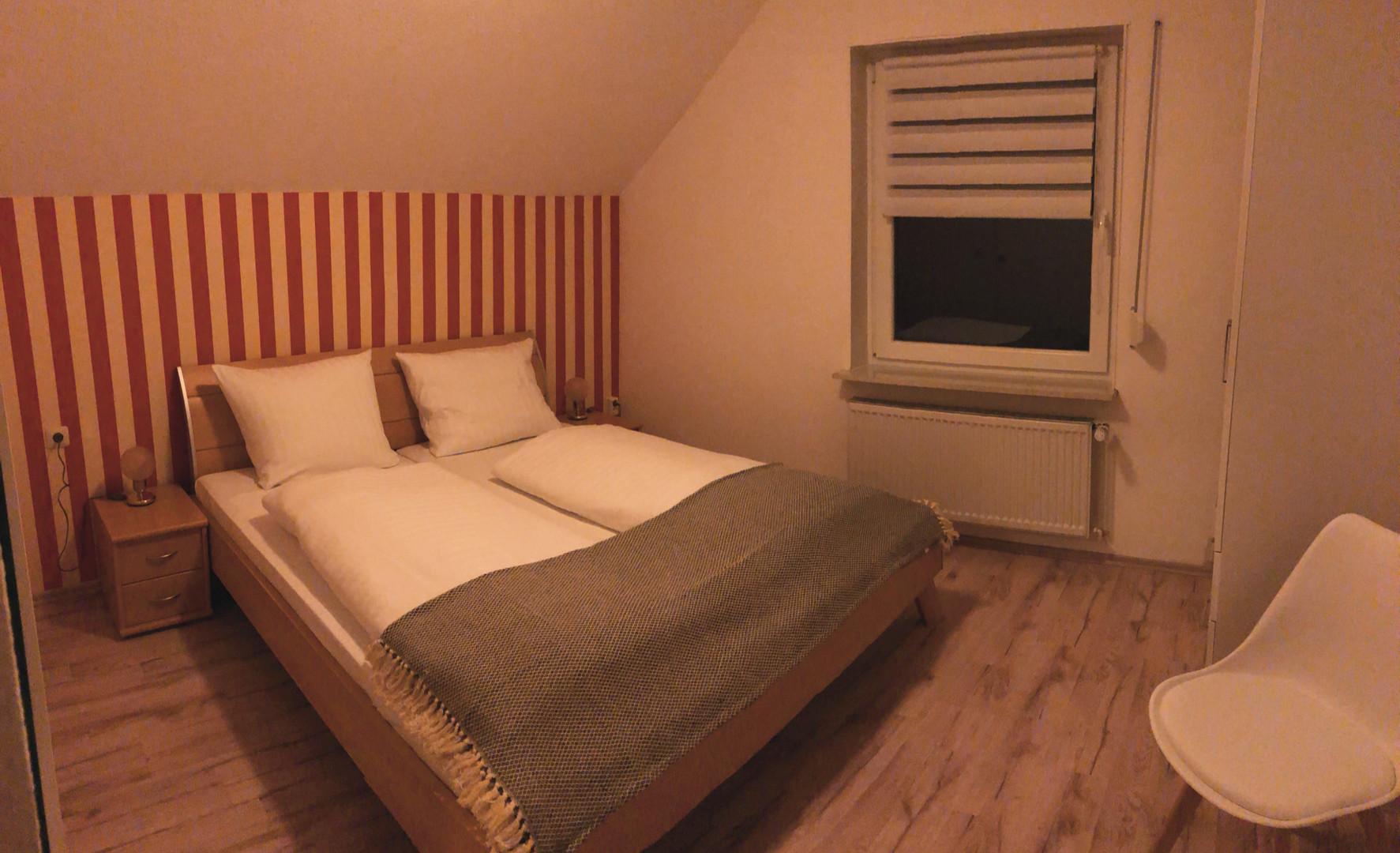 Schlafzimmer FeWo 1 B2.jpg