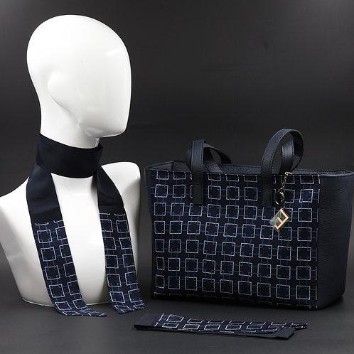 Borsa da giorno, grande a spalla, in vera pelle blucon inserti in seta con stampa geometrica.