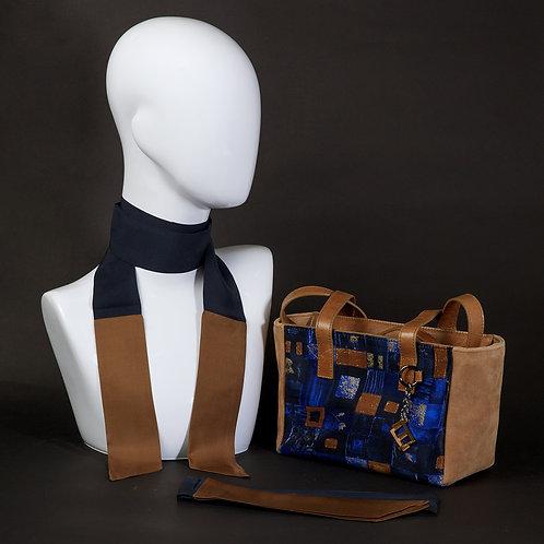 Borsa a spalla in camoscio marronee inserti in seta con stampa geometrica, suitoni del blu edel marrone e manici in pelle