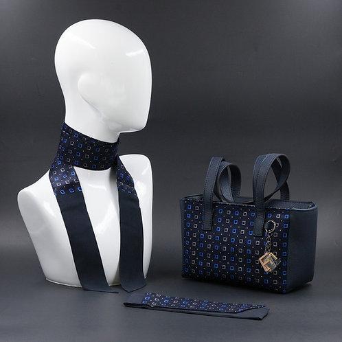Borsa a spalla in vera pelleblu e inserti in seta con stampa geometrica, suitoni del blu ebianco, manici in vera pelle blu
