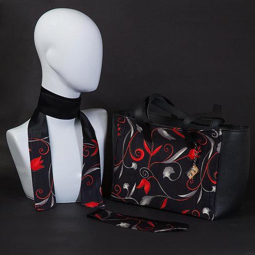 Borsa da giorno, grande a spalla, in vera pelle neracon inserti in seta con stampa floreale rossa.