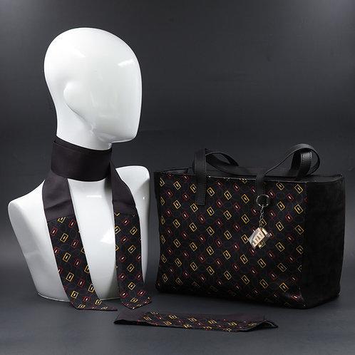 Borsa da giorno, grande a spalla, in camoscio neracon inserti in seta con stampa geometrica.