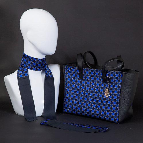 Borsa da giorno, grande a spalla, in vera pelle blucon inserti in seta con stampa geometrica nei toni del blu.