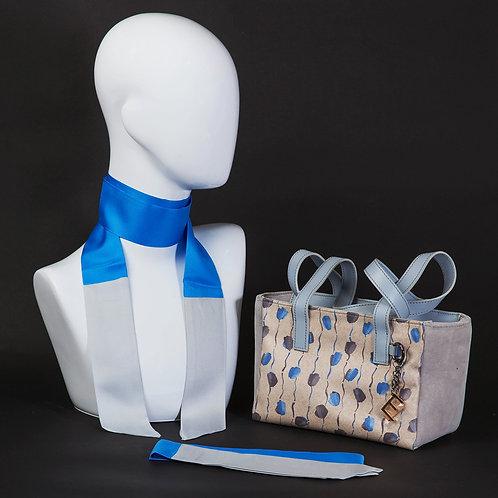 Borsa a spalla in camosciogrigio chiaro e inserti in seta con stampa geometrica, suitoni del beige, del blu e grigio