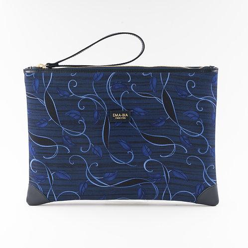 pochette borsa a manoin seta blu con stampa arabesquee finiture in pelle