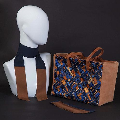 Borsa da giorno, grande a spalla, in camoscio marronecon inserti in seta con stampa geometrica blu