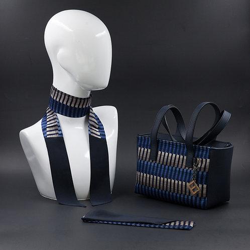 Borsa a spalla in vera pelle blue inserti in seta con stampa geometrica, suitoni del blu e dei grigi e manici in vera pelle