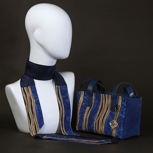 Borsa a spalla in camoscioblu e inserti in seta con stampa geometrica, suitoni del blu e dei beige e manici in vera pelle