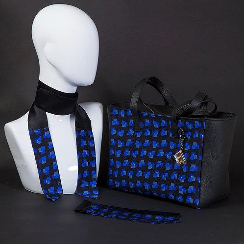 Borsa da giorno, grande a spalla, in vera pelle blucon inserti in seta con stampa geometrica nei toni di blu.