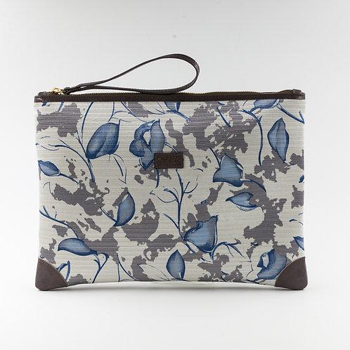 pochette borsa a mano grigia e bianca in seta con stampa floreale e finiture in pelle.