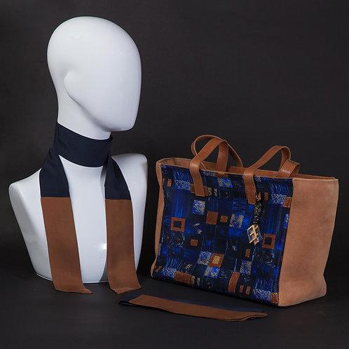 Borsa da giorno, grande a spalla, in camoscio marronecon inserti in seta con stampa geometrica, nei toni del blu e marrone.