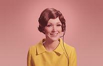 Femme avec casque téléphonique