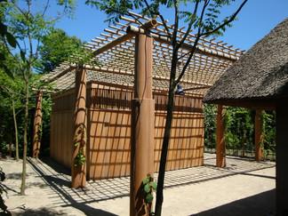 PeetersJef.be - Paviljoen met ronde houten kolommen en bamboe