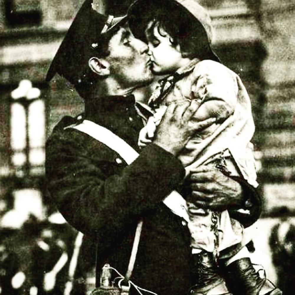 Kanadalı bir asker, 1. Dünya Savaşı için cepheye sevk edilmeden önce minik kızıyla vedalaşıyor.