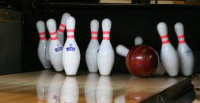 Die Männer bowlen