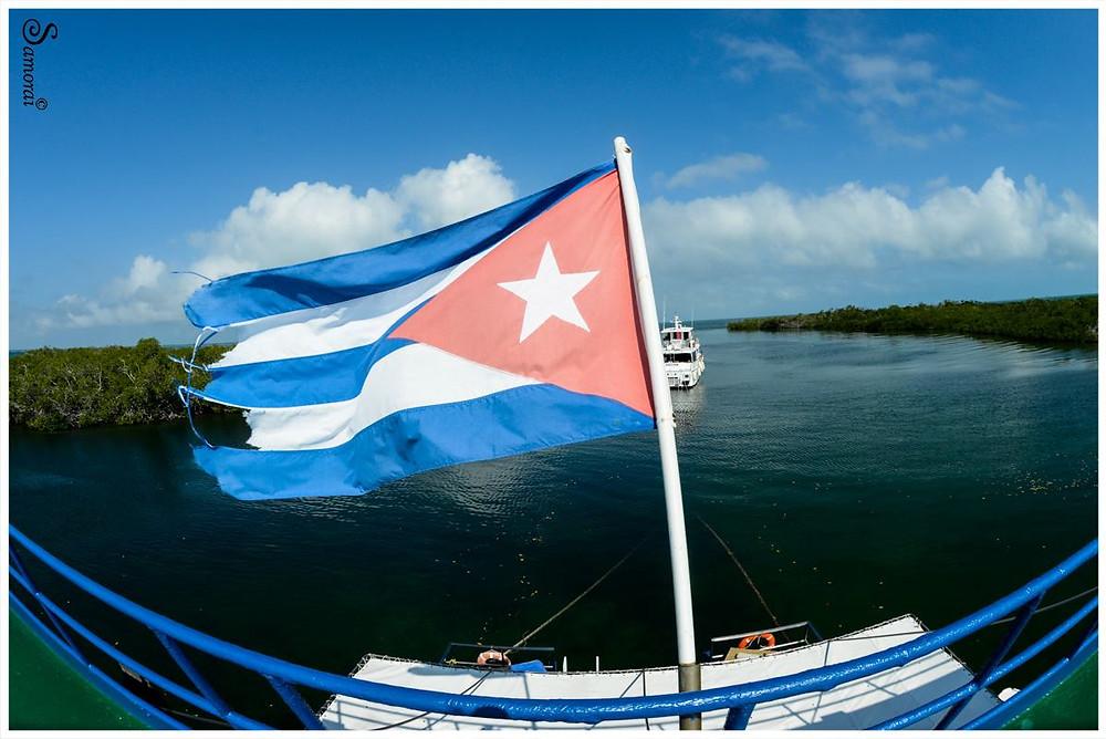 דגל קובה המתנוסס לו מגג הטורטוגה בגני המלכה, קובה. צילום: בועז סמוראי