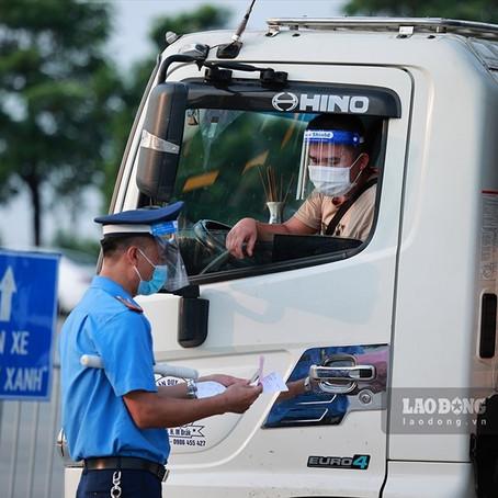 Dù muộn, cũng đã có đề nghị tiêm vaccine cho tài xế vận tải như lực lượng tuyến đấu chống dịch