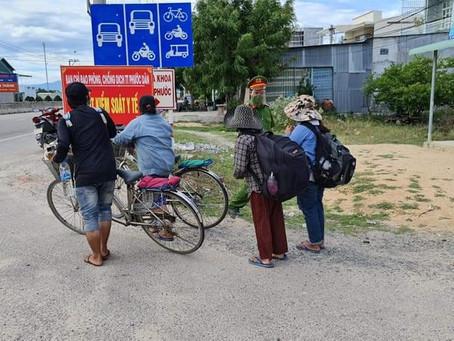 Bốn mẹ con thất nghiệp chở nhau bằng xe đạp từ Đồng Nai để về Nghệ An
