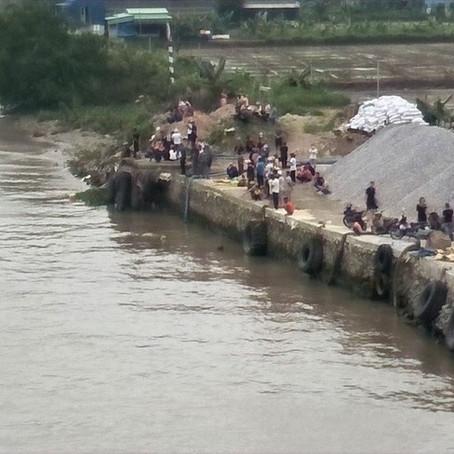 Xà lan chở cát va chạm với thuyền chài, 2 phụ nữ mất tích