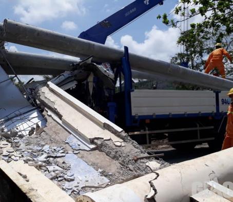Xe cẩu sửa chữa điện kéo sập cổng chào ở Bạc Liêu: Tài xế tử vong