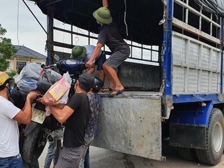 Dùng xe tải & xe khách trung chuyển người dân về quê bằng xe máy đi ngang qua Quảng Bình