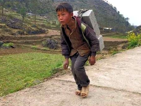 Cậu bé mồ côi oằn mình cõng gạch kiếm 2.000 đồng giữa mùa dịch Covid-19